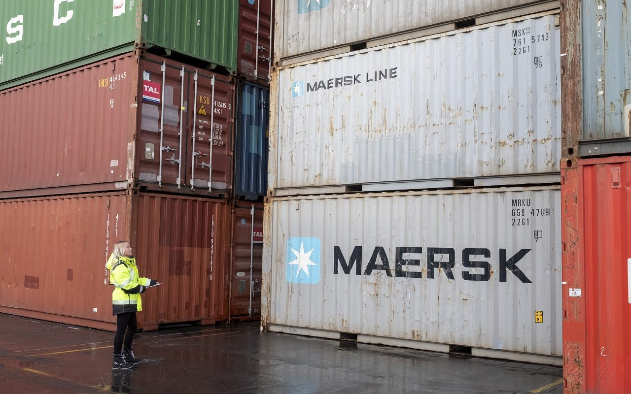 Studerande inspekterar containrar